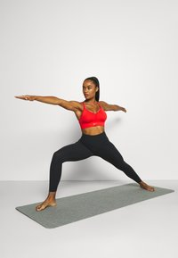 Nike Performance - INDY SEAMLESS BRA - Reggiseno sportivo con sostegno leggero - chile red/white - 1