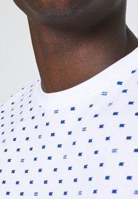 Scotch & Soda - CLASSIC ALLOVER PRINTED TEE - Print T-shirt - white/blue - 5
