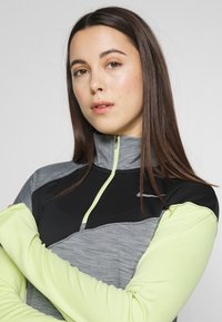 Nike Performance - MIDLAYER - Camiseta de deporte - smoke grey/limelight/black/reflective silver - 3