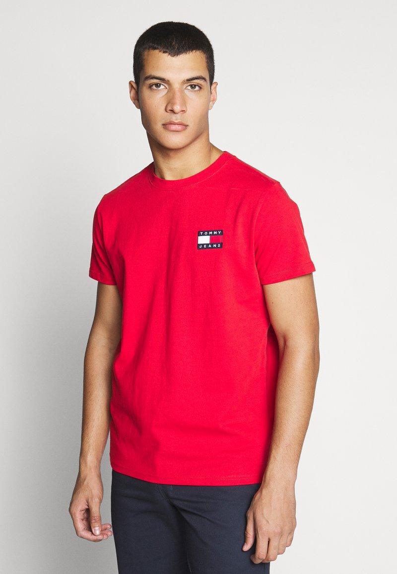 Tommy Jeans - BADGE TEE  - T-shirt basic - deep crimson