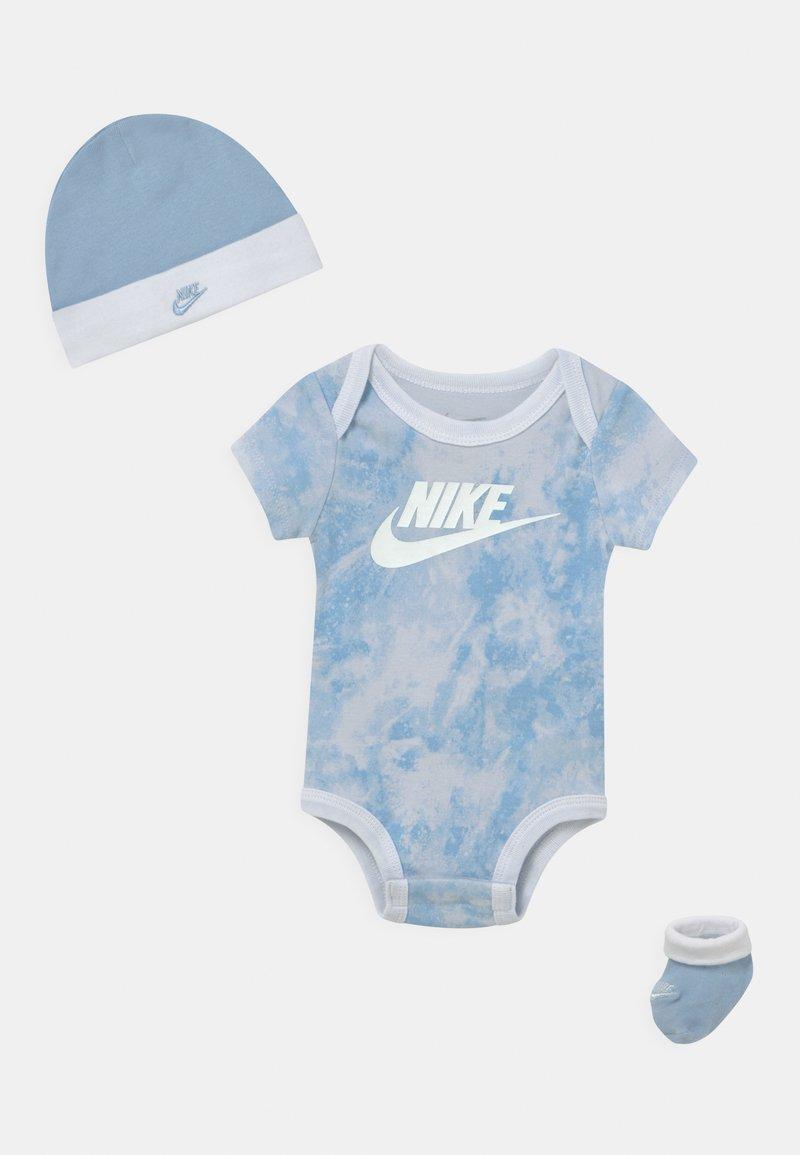 Nike Sportswear - TIE DYE FUTURA SET UNISEX - T-shirt z nadrukiem - light blue