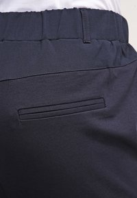 Kaffe - JILLIAN CAPRI PANTS - Shorts - midnight marine - 5