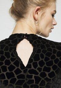 Never Fully Dressed - FLOCKED GIRAFFE PRINT BODYSUIT - Top sdlouhým rukávem - black - 6