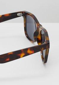 Vans - MN SPICOLI 4 SHADES - Solglasögon - brown - 2