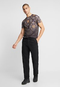 CLOSURE London - BAROQUE TILE PRINT FADE TEE - Print T-shirt - black - 1