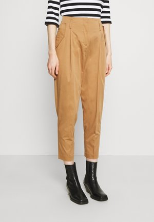 TAPERED PANTS WITH PLEATS AND POCKET FLAPS - Spodnie materiałowe - gold amber