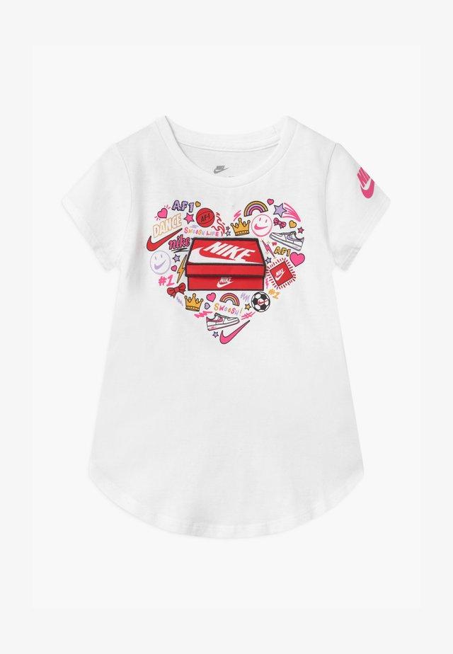 SHORT SLEEVE SHOEBOX FLIP GRAPHIC - Camiseta estampada - white