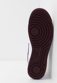 Nike Sportswear - AIR FORCE 1 07 LV8 - Joggesko - white/night maroon/obsidian - 4