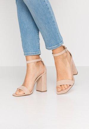 STEFFI - Korolliset sandaalit - nude