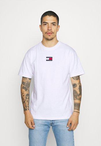 BADGE TEE UNISEX - T-shirt med print - white