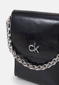Calvin Klein - MINI BAG FLAP PATENT - Taška spříčným popruhem - black - 3