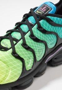 Nike Sportswear - AIR VAPORMAX PLUS - Joggesko - aurora green/reflect silver/black/blue hero/china rose/volt - 8
