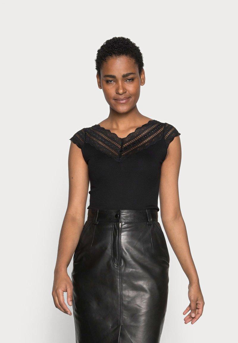 Rosemunde - REGULAR WIDE - T-shirt z nadrukiem - black