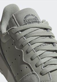 adidas Originals - SUPERCOURT W - Sneakersy niskie - ashsil/ashsil/crywht - 8