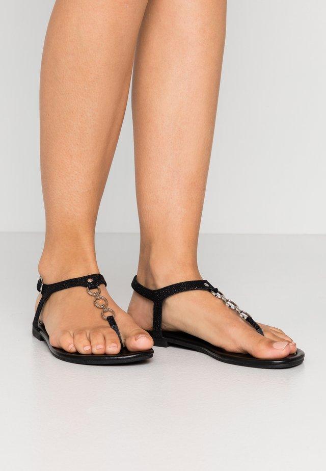 WIDE FIT HOXTON - Sandály s odděleným palcem - black