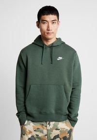 Nike Sportswear - CLUB HOODIE - Felpa con cappuccio - galactic jade/white - 0