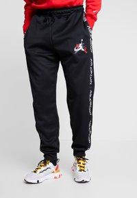 Jordan - M J JM CLSCS TRICOT WRMP PANT - Teplákové kalhoty - black/gym red/white - 0