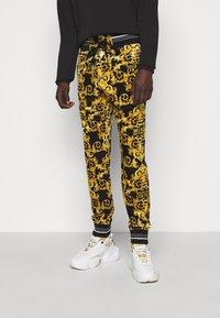 Versace Jeans Couture - TECNO  PRINT LOGO BAROQU  - Tracksuit bottoms - black - 0