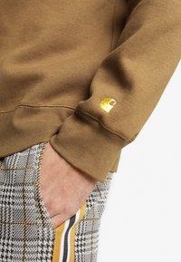 Carhartt WIP - CHASE  - Bluza - hamilton brown/gold - 3