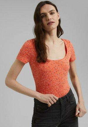 COO DANCER - Print T-shirt - coral orange