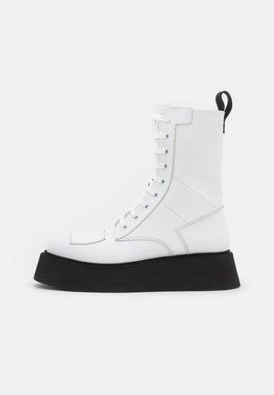 COMMANDO BOOT - Nauhalliset nilkkurit - white