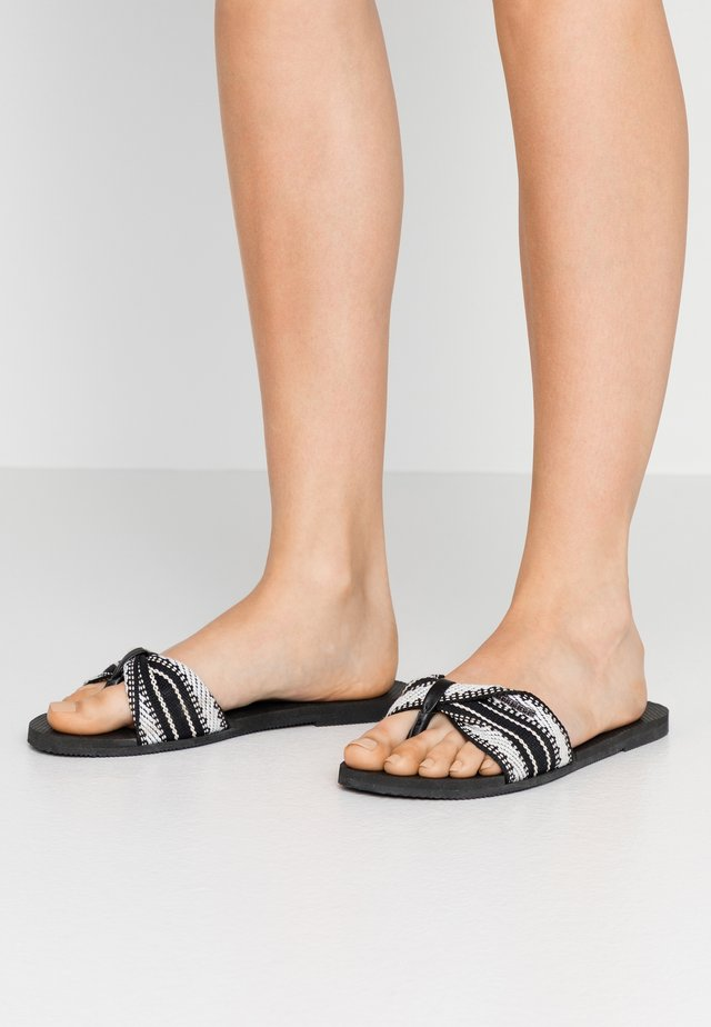YOU TROPEZ FITA - Sandalias de dedo - black