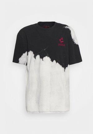 BLEACH WASH OVERSIZED AOKI TEE - Print T-shirt - black/white