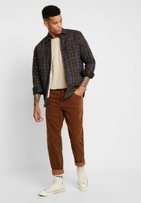 Carhartt WIP - NEWEL - Trousers - hamilton brown rinsed - 1