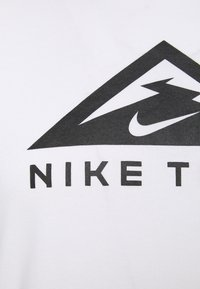 Nike Performance - TEE TRAIL - Camiseta estampada - white - 2
