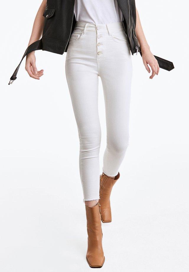 MIT GOLDFARBENEN KNÖPFEN  - Jeans Skinny Fit - white