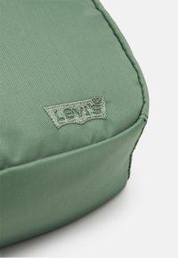 Levi's® - MEDIUM BANANA SLING  EMBROIDERED BATWING UNISEX - Bum bag - pale green - 3
