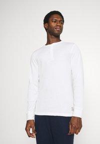 Jack & Jones - JACHENRIK 2 PACK - Pyjama top - grey melange/blanc de blanc - 1