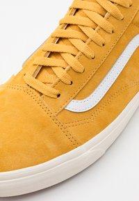 Vans - OLD SKOOL UNISEX  - Sneakersy niskie - honey gold/true white - 5