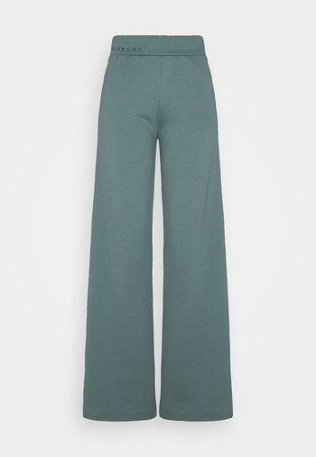 EXCLUSIVE HELLA SLIT PANTS - Joggebukse - sage green