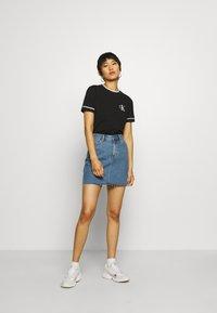 Calvin Klein Jeans - EMBROIDERY TIPPING TEE - Triko spotiskem - black - 1