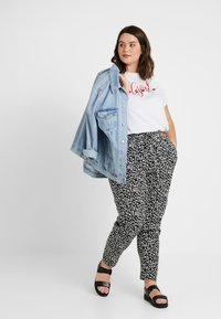 New Look Curves - CURVES LOUISE SPOT JOGGER - Trousers - black - 1