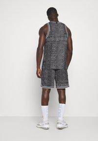 Nike Performance - DNA SHORT CITY EXPLORATION SERIES - Sports shorts - black/white - 2