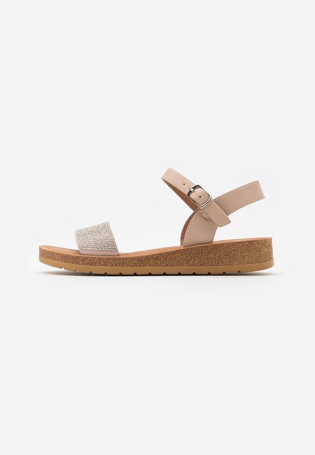 WIDE FIT FRANKIE - Sandalen met sleehak - oatmeal