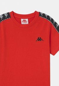 Kappa - ILYAS UNISEX - Print T-shirt - fiery red - 2