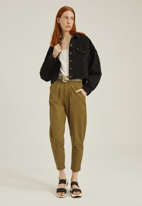Levi's® - PLEATED BALLOON - Relaxed fit jeans - dull gold - 1