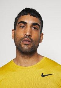 Nike Performance - T-shirts basic - tawny/dark sulfur/heather/black - 3