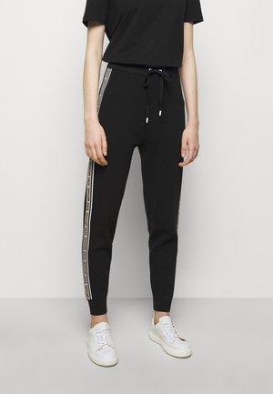 LOGO TAPE JOGGER - Teplákové kalhoty - black