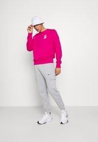 Nike Sportswear - ZIGZAG CARGO PANT - Tracksuit bottoms - wolf grey - 1