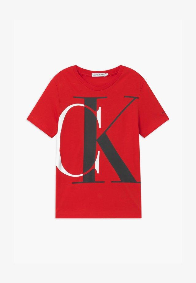 EXPLODED MONOGRAM - Print T-shirt - red