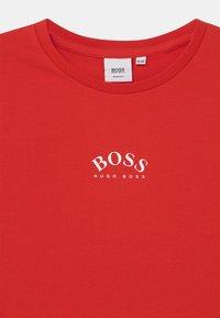 BOSS Kidswear - SHORT SLEEVES - Print T-shirt - bright red - 2