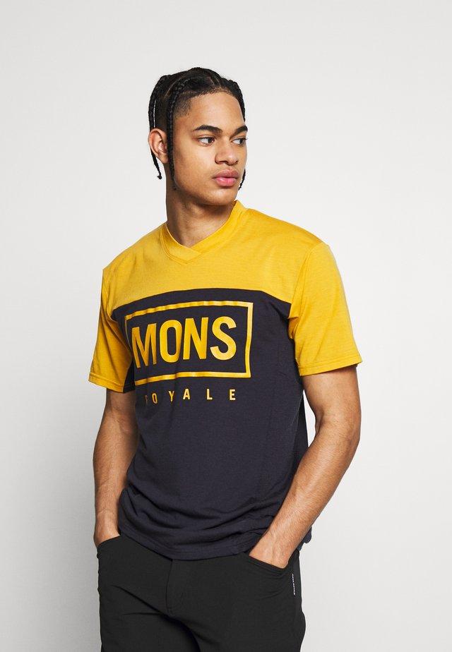 REDWOOD ENDURO - T-shirt z nadrukiem - gold/iron