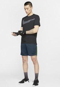 Nike Performance - SHORT TRAIN - Korte sportsbukser - deep ocean/forest green/black - 1