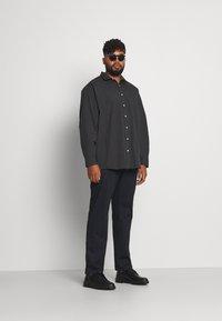 Jack´s Sportswear - FIL A FIL SHIRT BOX COMFORT FIT - Skjorta - dark grey - 1