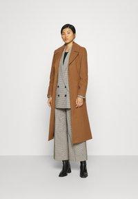 JUST FEMALE - LEOLA COAT - Zimní kabát - walnut - 1
