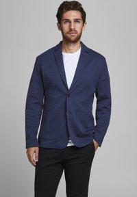 Produkt - KLASSISCHER - Giacca - navy blazer - 0